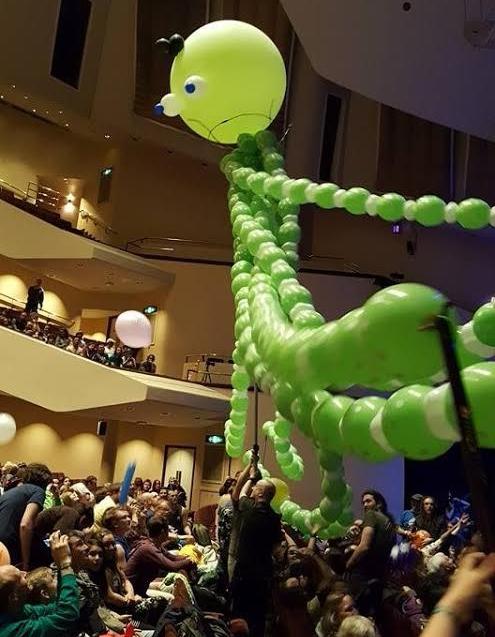 Balloon modelling huge sculpture